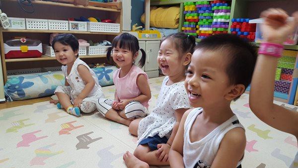 어린이집에서즐겁게 놀고 있는 이주아동들(자료사진)