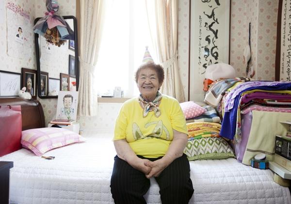 2015년 생신파티에서 아름다운재단 간사들과 함께 한 김군자 할머니