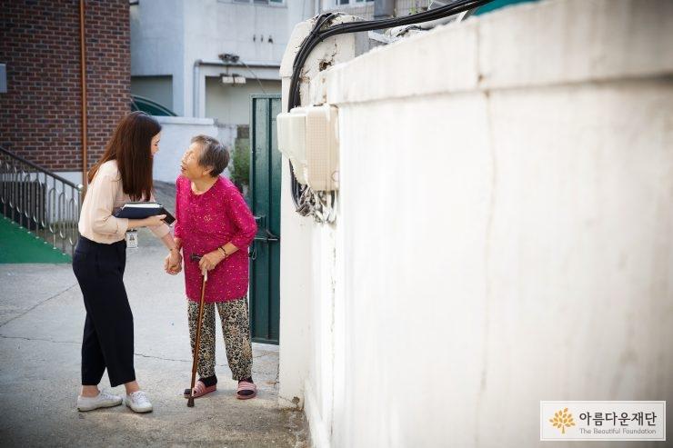 홀로사는 어르신 생계비 지원사업 김순자(가명) 지원자와 황인경 사회복지사