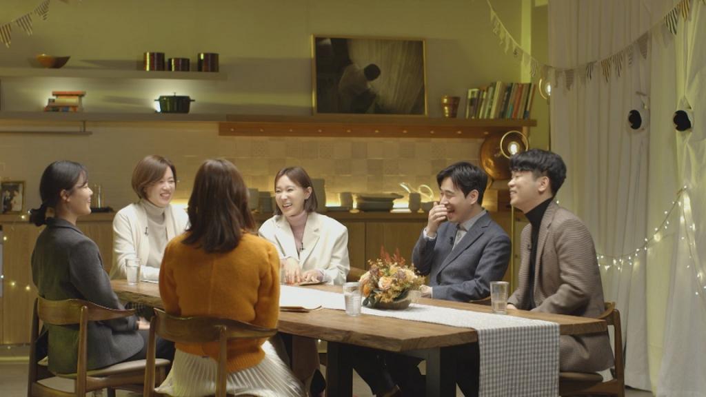 11월 17일 방송되는 KBS거리의만찬 출연진인 열여덟어른 캠페이너 신선, 김준형, 허진이 씨가 진행자들과 이야기를 나누는 모습
