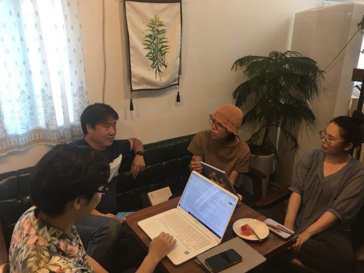 지리산 작은변화지원센터 사무국 활동가들 회의하는 모습 (출처 : 쭈이)