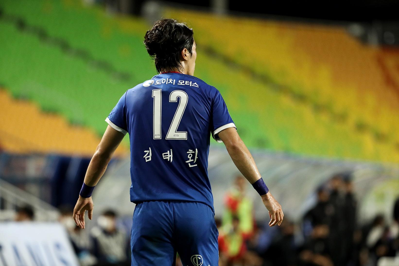 수원삼성블루윙즈 축구단이 치매어르신 손글씨로 쓰인 이름이 마킹된 유니폼을 입고 경기에 임했다