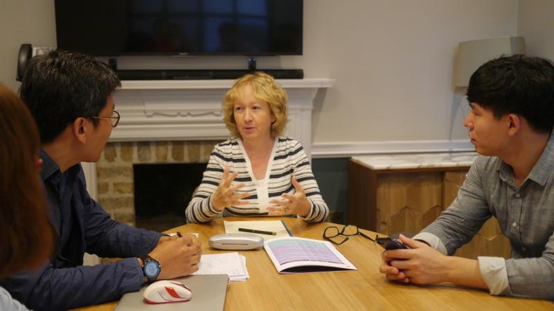 연구진에게 아일랜드 Memory Technology Program에 대해 설명하고 있는 Fiona 박사