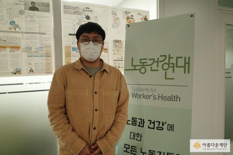 노동건강연대 사무실 앞에서 정우준 활동가
