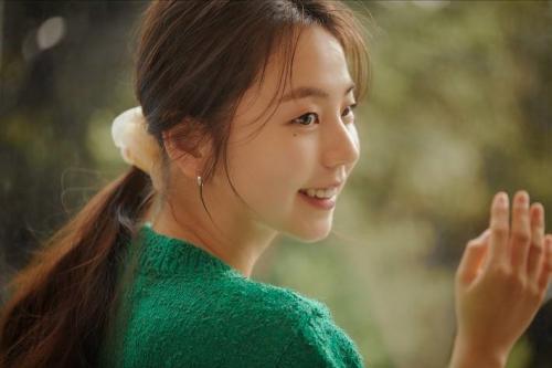 배우 안소희가 아모레퍼시픽과 함께 출시한 라이프스타일 브랜드 '온호프' 수익금의 일부를 아름다운재단 '열어덟 어른 캠페인'에 기부했습니다.