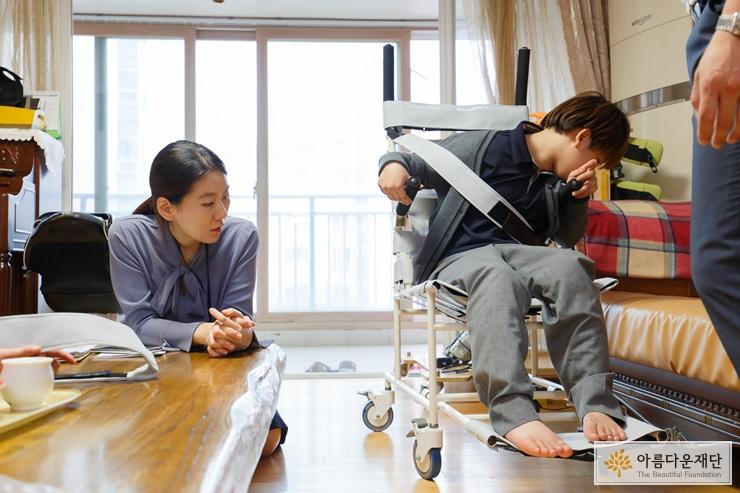2017 장애아동청소년 맞춤형 보조기구 지원사업에 선정된 다현이(가명)에게 보조기구를 지원하고 있는 모습