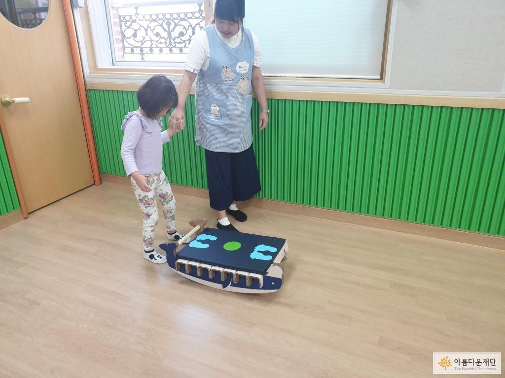 개발중인 균형훈련보조기기를 장애아동이 직접 사용해보는 사진입니다.
