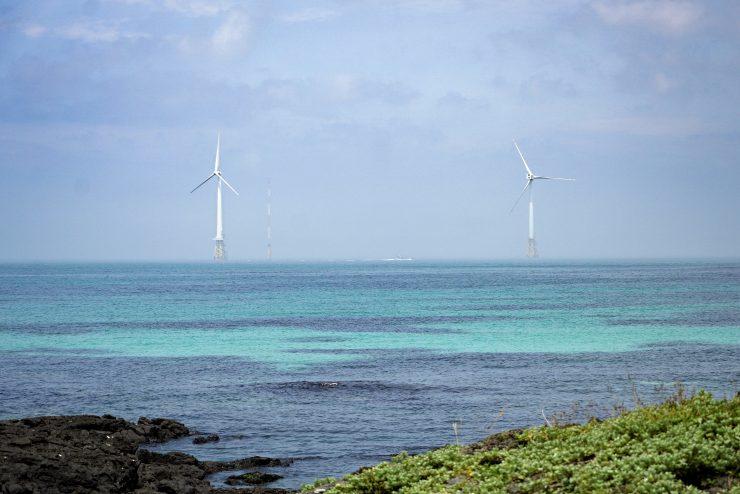 제주 탐라해상풍력. 에메랄드빛 바다 너머로 국내 첫 해상풍력 발전단지의 모습이 보인다.