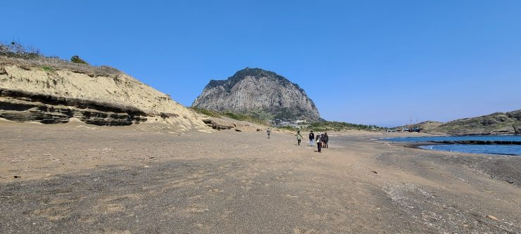 산방산(오름) 앞의 설쿰바당 해안사구. 하모리층이라는 화산 지층위에 형성된 해안사구.