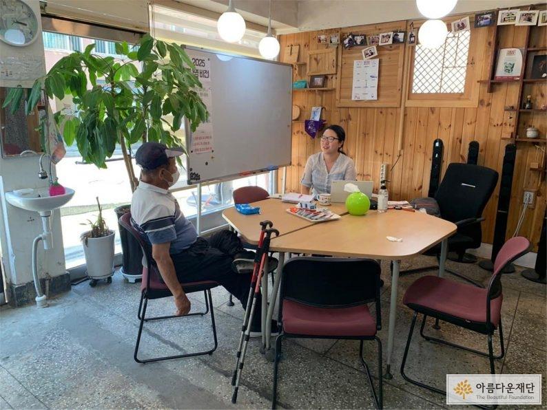 센터를 방문한 내담자와 이야기를 나누는 모습 사진