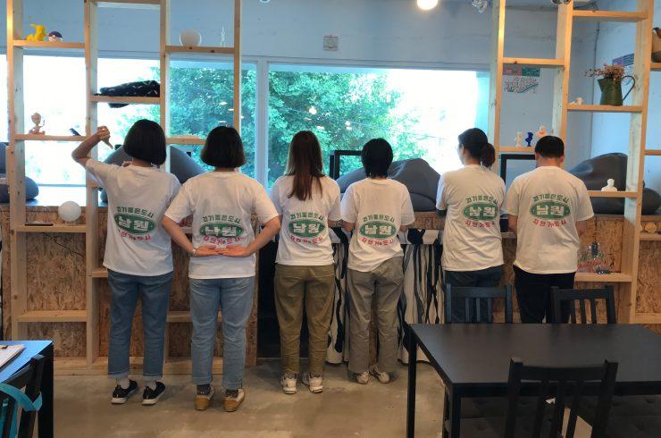 참여자 6인이 일렬로 서서 레트로하게 디자인 된, 뒷면에 '걷기 좋은 도시, 자전거 도시 남원' 이라고 적힌 티셔츠를 입고 있다.