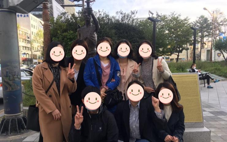 초량 역사기행에 참여한 분들 8명이 노동자상 앞에서 기념사진을 찍었다