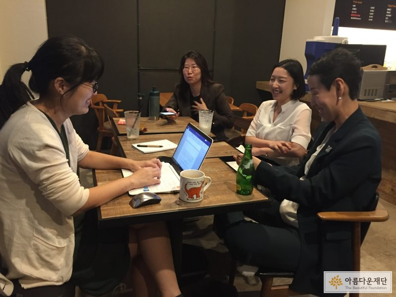 인터뷰를 위해 둘러 앉아있다. 왼쪽부터 시계 방향으로박효원 작가, 김민아 변호사, 권소연 변호사, 이소아 변호사