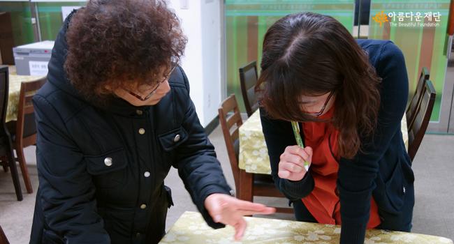국배달 자원봉사자와 도봉노인종합복지관 김지현 사회복지사