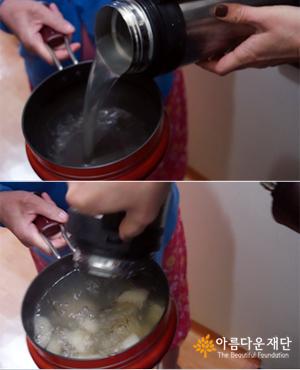 보온용기에 담아 배달한 국을 냄비에 옮기는 모습